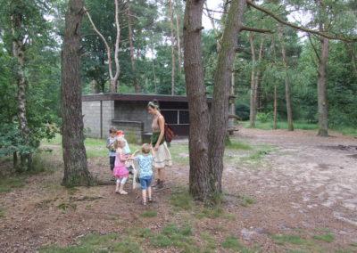 Roserijn_ op onderzoek bos natuur kruiden zoeken heksenfeestje